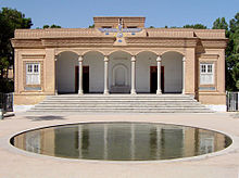 Описание: http://upload.wikimedia.org/wikipedia/commons/thumb/1/1b/Yazd_fire_temple.jpg/220px-Yazd_fire_temple.jpg
